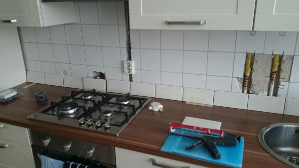 Keuken Betegelen Kosten : Maar een stopcontact en op een heel onhandige plek
