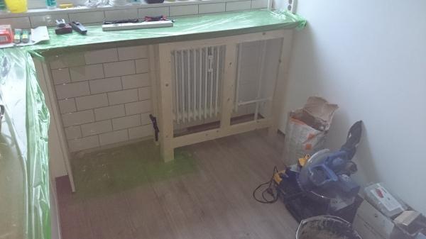 Keuken Betegelen Kosten : Muur onder werkblad betegeld en frame voor radiator ombouw